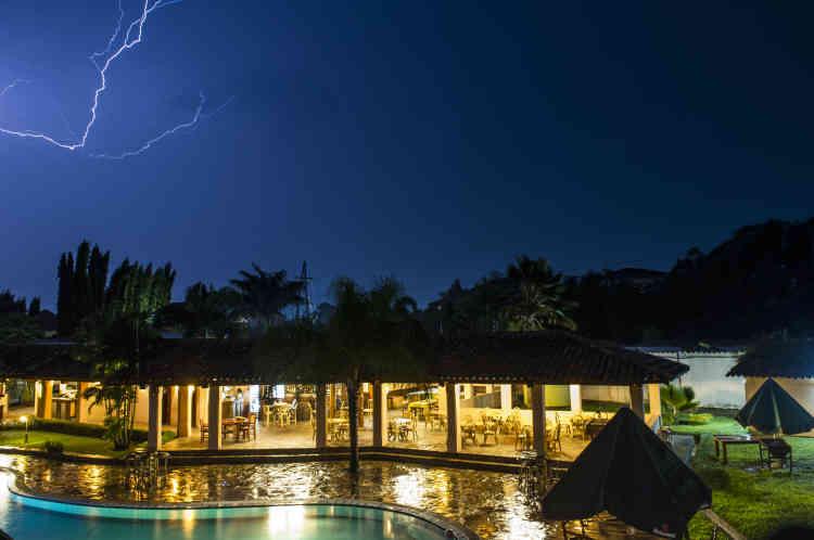 La foudre traverse le ciel, au dessus du restaurant d'un hôtel presque vide de Bujumbura, le 24 janvier. L'économie du pays a gravement souffert de la crise politique, et de nombreuses entreprises ont fermé leurs portes en raison d'un manque de clients.
