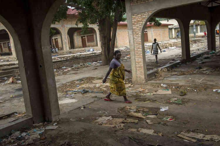 Une femme se promène dans le marché abandonné à Musaga, un quartier rebelle, le 21 janvier. Les commerçants ont été chargés par les autorités locales de quitter le marché, officiellement pour rénovation. En 2015, le Burundi est devenu le pays de la planète où le produit intérieur brut (PIB) par habitant est le plus bas.