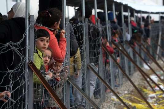 Des migrants à la frontière entre la Grèce et la Macédoine près d'Idomeni, le 24 février 2016.
