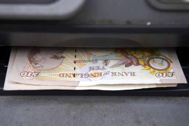 La livre sterling est tombée le 24 février au-dessous de 1,40dollar dans les échanges matinaux en Asie, pour la première fois depuis mars 2009.
