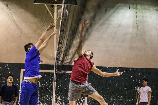 Jeudi 18 février, treize Afghans et un Erythréen ont participé à une première séance de volley au gymnase du lycée Henri-Bergson, à Paris (19e).