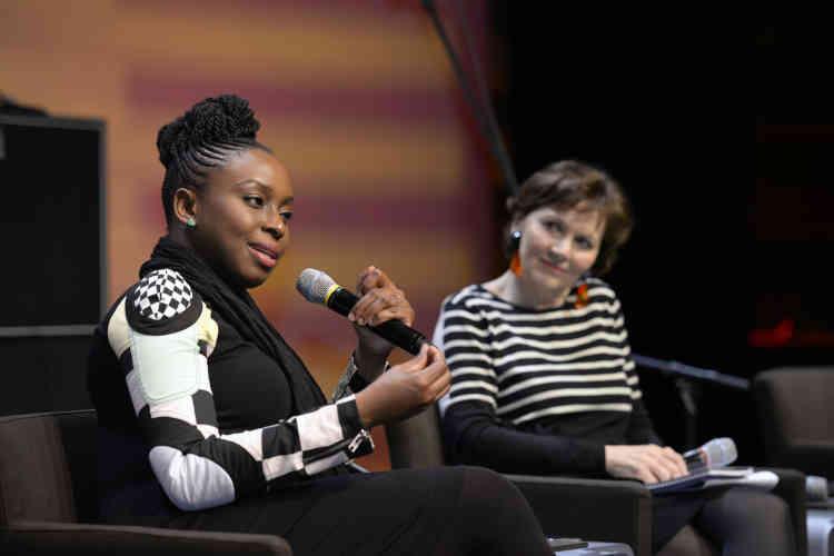 """Conversation avec Chimamanda Ngozi Adichie, écrivain nigériane : """" On pense souvent que les Africains doivent être contents juste de manger. Ils ont pas le droit de rêver ? De migrer ?"""""""