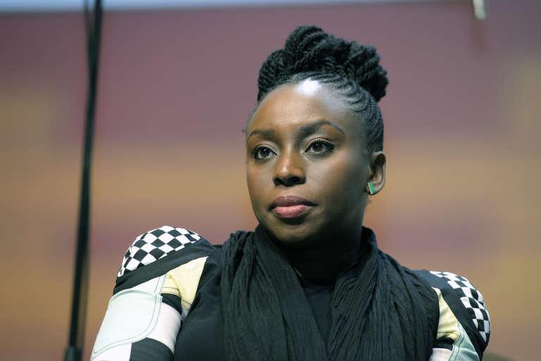 La romancière Chimamanda Ngozi Adichie, ici le 23 février 2016 aux Débats du Monde Afrique sur les femmes africaines