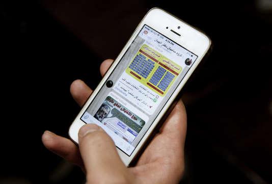 Un Iranien consulte les messages envoyés sur l'application Telegram par la candidate (conservatrice) Zohreh Elahian, le 24 février.