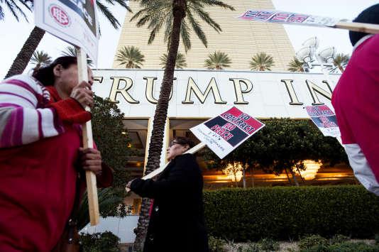 Les employés du Trump Hotel ont manifesté, mardi 23 février, pour réclamer de meilleures conditions salariales.