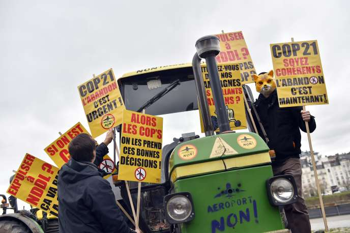 Une manifestation contre la création de l'aéroport de Notre-Dame-des-Landes, face au tribunal de Nantes, le 23 février 2016.