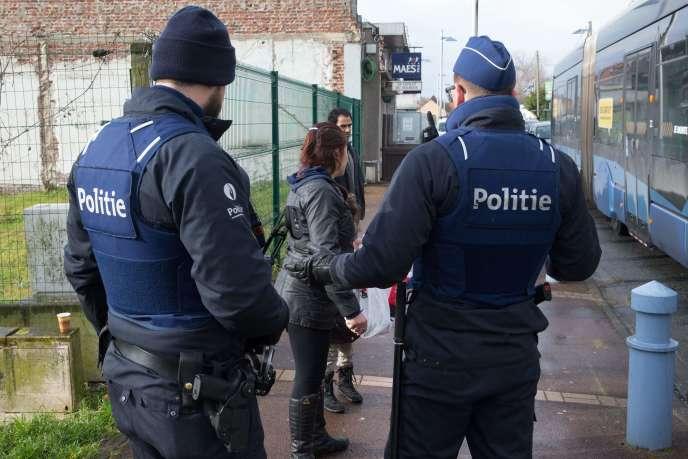 La police belge procède à des contrôles d'identité à La Panne, près de la frontière avec la France.