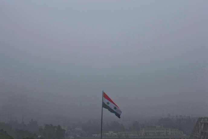 Un drapeau syrien flotte sur Damas, le 24 février 2016.