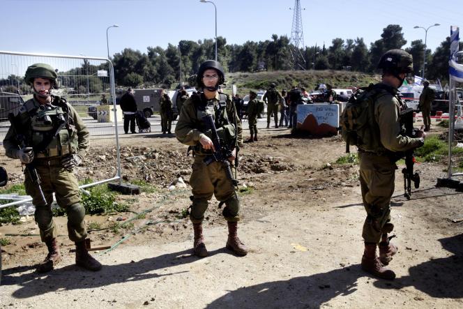 Des soldats de Tsahal montent la garde à proximité de l'endroit où un Palestinien a attaqué un Israélien, à Goush Etzion en Cisjordanie, le 24 février 2016.