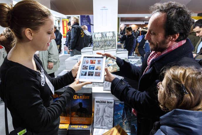 Démonstration de lecture sur une liseuse au festival international de la bande dessinée d'Angoulême, le 30 janvier.