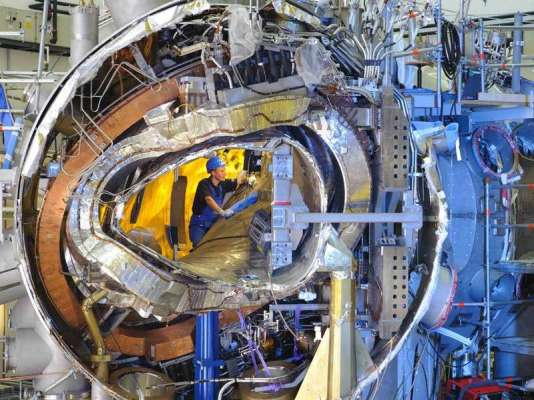 L'intérieur du stellarator Wendelstein 7X, photographié en 2011 lors de sa construction.