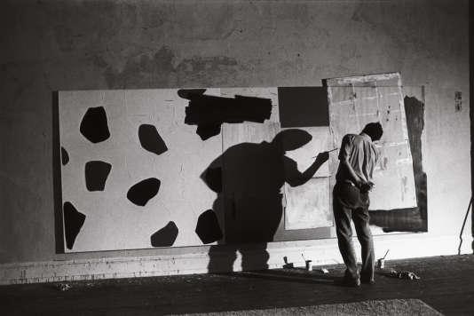 Jasper Johns dans son atelier, New York, 1964.