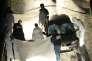 Des enquêteurs de la police judiciaire s'affairent, le 18 février 2011, sur un pont de la Scalla Santa Régina, à Corscia, autour d'un véhicule dans lequel deux individus ont été tués par balles dans un guet-apens.