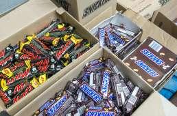 Cartons de barres chocolatées prêtes à être chargées dans des distributeurs automatiques. (24 février 2016 - Netherlands OUT / AFP / ANP / Lex van Lieshout)