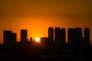le soleil se couche derrière les buildings de Sao Paulo.