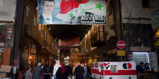 Une affiche de Bachar Al-Assad, le président de la Syrie, surplombe un marché à Damas, le 24février.