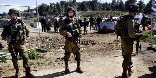 Des soldats israéliens sur les lieux de l'attaque près de la colonie juive de Gush Etzion mercredi 24 février.