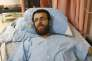 Le journaliste palestinien Mohammed Al-Qeq sur son lit d'hôpital pendant sa grève de la faim, le 5 février 2016 à Afula, dans le nord d'Israël.