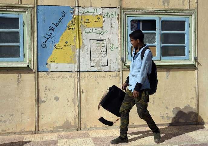 Un étudiant passe devant une carte du Sahara occidental, dans le camp de réfugiés sahraouis à Tindouf, dans le sud de l'Algérie.