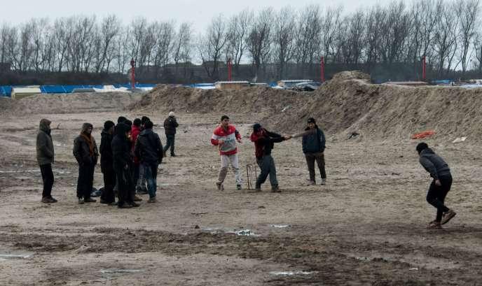 Des migrants jouent au cricket dans la