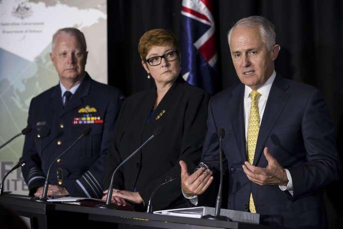 Le premier ministre australien Malcolm Turnbull (à droite) et sa ministre de la défense Marise Payne présentent  Livre blanc sur la défense, à Canberra, le 25 février.