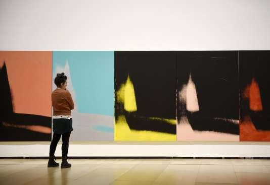 """Une vitsiteuse devant l'oeuvre d'Andy Warhol intitulée """"Shadows"""" au Musée Guggenheim de Bilbao, le 25 février 2016."""