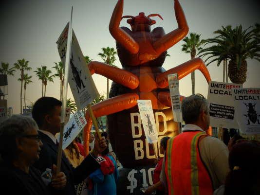 L'effigie d'une punaise de lit devant le Crowne Plaza Hotel de Los Angeles, le 24 février.