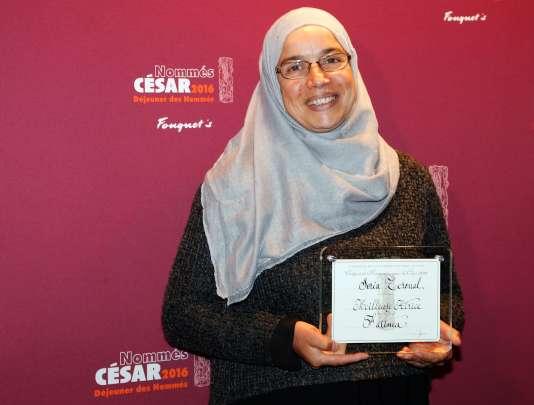 L'actrice Soria Zeroual pose avec sa nomination de meilleure actrice pour les Césars, à Paris, le 6 février 2016.