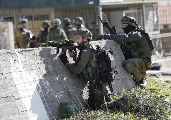 Des militaires israéliens lors d'une opération dans le camp de réfugiés palestiniens Al-Amari, près de Ramallah, le 15 février 2016.