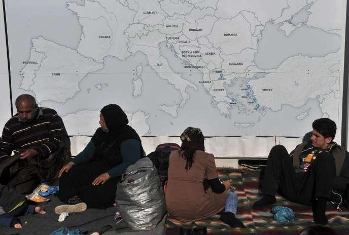 Des migrants près d'Idomeni, en Grèce, attendent de traverser la frontière vers la Macédoine, le 22 février.