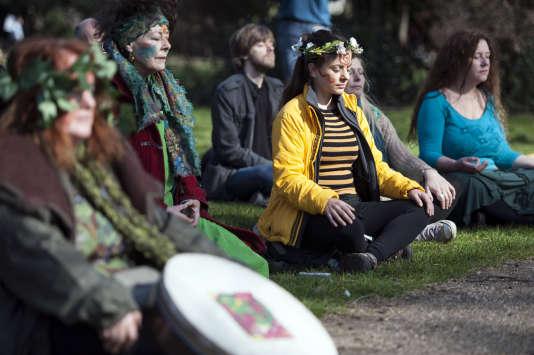 Des manifestants méditent avant la Marche Populaire pour le Climat à Londres, le 7 mars 2015.