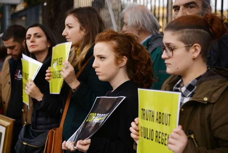 Des manifestants demandent la vérité sur la mort de Giulio Regeni, lors d'un rassemblement devant l'ambassade d'Egypte à Rome, le 25 février.