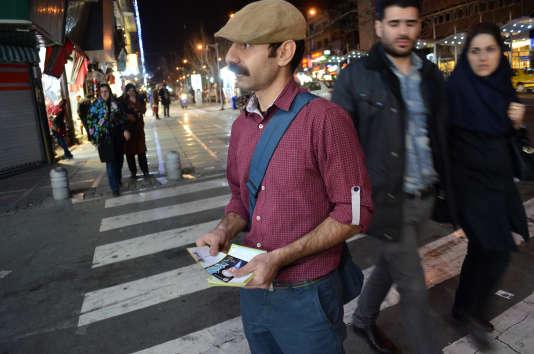 Un homme distribue des tracts pour la liste des candidats réformistes, à Téhéran, le 23 février 2016.