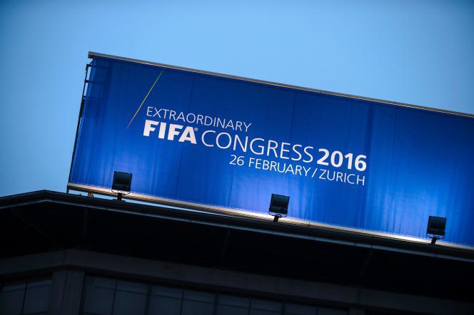 Dans la tourmente, la Fédération internationale de football, acteur central du sport, élit le 26 février son président pour remplacer Sepp Blatter.