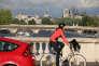 Une femme à vélo, à Paris.