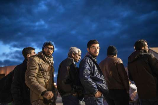 Des migrants à la frontière entre la Grèce et la Macédoine.
