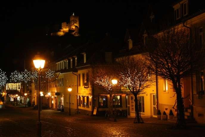 Ville de Waldkirch la nuit, photo Pixabay CC0 Public Domain