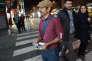 Un homme distribue des tracts pour les réformateurs, à Téhéran, le 23 février.