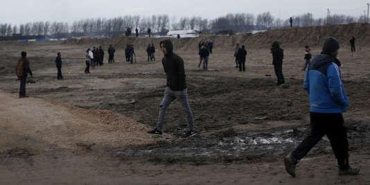 Des migrants marchent dans la «jungle » de Calais, le 25 février.