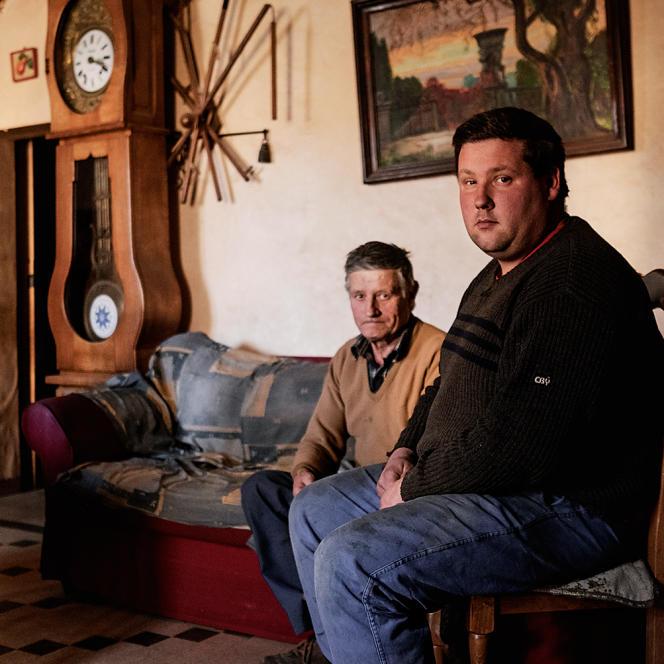 Sur les conseils de la chambre d'agriculture, Didier Mélou (ici avec son père, Robert, retraité) va abandonner la filière laitière au profit de la production de viande bovine.