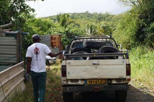 """Une patrouille mène une opération de """"Dézikage"""" en Martinique, jeudi 25 février."""