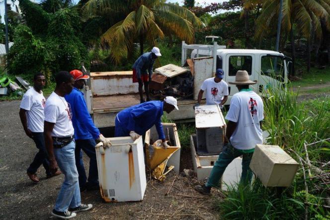 Les agents procèdent également à l'enlèvement des encombrants, susceptibles de constituer des gîtes larvaires (machines à laver, réfrigérateurs, pneus usagés, etc.).