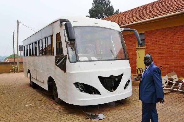 Albert Akovuku et le bus solaire de Kiira Motors à Kampala.