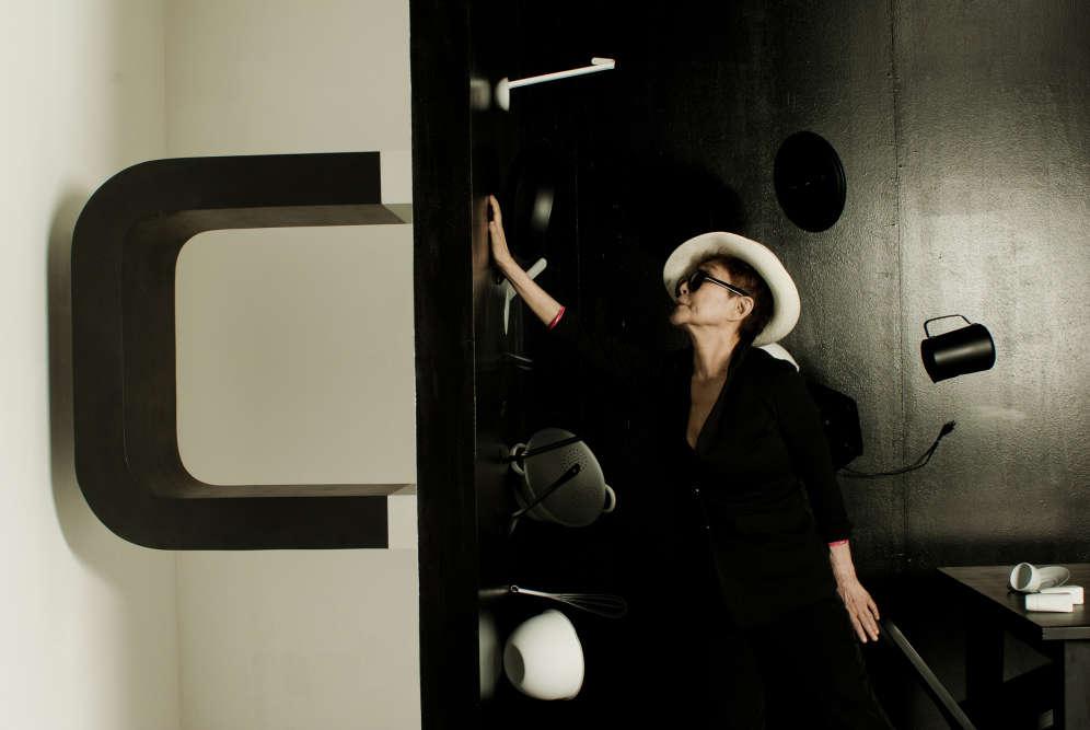 """« Dans une instruction de 1958, Yoko Ono propose de placer un aimant sur le mur gauche d'une pièce afin que les objets se déplacent petit à petit en vue de rééquilibrer notre esprit trop à droite. Dans l'installation """"Balance Piece"""", réalisée en 1997, un très gros aimant semble attirer tous les objets de la pièce. Yoko Ono développe formellement l'idée qu'il doit y avoir un équilibre en toute chose. »"""