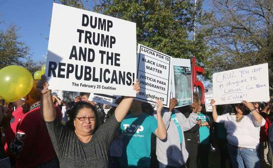 Des manifestants devant l'université de Houston, au Texas, où avait lieu le débat républicain, jeudi 25 février 2016.