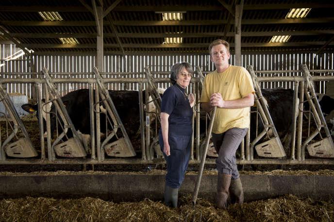 Marie-Yvonne et Frédéric Lethuillier, éleveurs à Auvers-sous-Monfaucon, ont économisé 40 000 euros par an en choisissant de remettre leurs vaches en prairies.