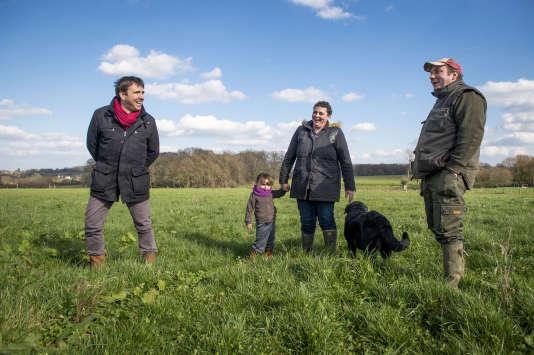 Accompagnés par Mathieu Chartier de Solidarité paysans, Nicolas Haubert et Angélique Lecomte ont transformé d'anciens champs de maïs en prairies où viendront bientôt paître leurs vaches.