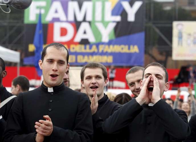 Des prêtres protestent lors d'une manifestation contre l'union entre personnes du même sexe, à Rome, le 30 janvier 2016.