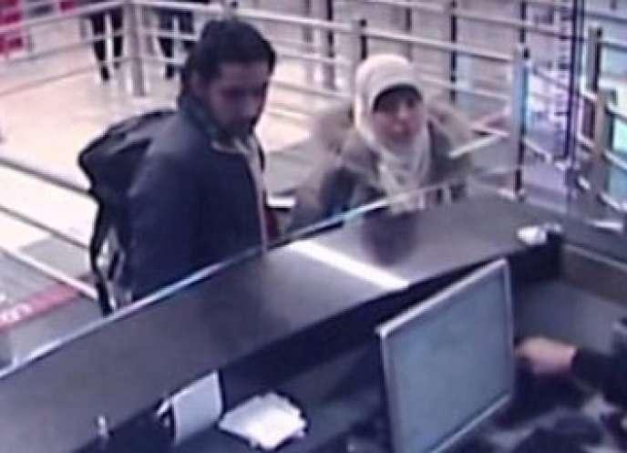 Image extraite d'une vidéo de surveillance montrant  Hayat Boumedienne et un homme non identifié  à l'aéroport d'Istanbul, le 2 janvier.