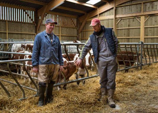 Nicolas Floc et son père, Jean-Paul Floc. D'après la Chambre d'agriculture de Rennes, 30% des installations se font désormais hors cadre familial.